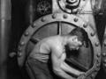 100 najważniejszych zdjęć świata. Lewis Wickes Hine, Power house mechanic working on steam pump