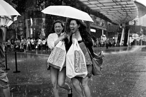 Fotografia uliczna w deszczu, czyli jak niekorzystne warunki pogodowe obrócić na swoją korzyść