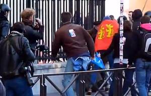 Brutalny atak na fotoreporterów we Francji na materiale wideo