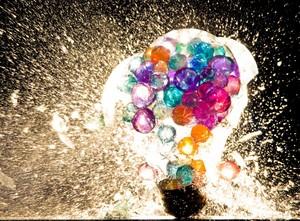 Wybuchające żarówki na zdjęciach Johna Smitha