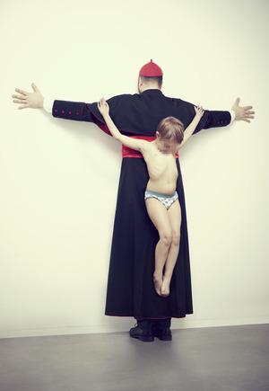 https://www.swiatobrazu.pl/zdjecie/artykuly/354584/zdjecie-dziecka-przybitego-do-ksiedza-krzyza-mocne-fotografie-w-walce-o-prawa-dziecka.jpg