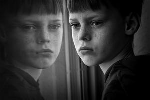 Niezwykły cykl portretów chłopca na przestrzeni lat Piotra Haskiewicza