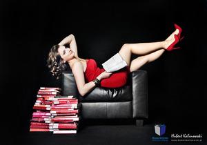 Fotografia w służbie czytelnictwa - seksowne bibliotekarki w obiektywie Huberta Kalinowskiego