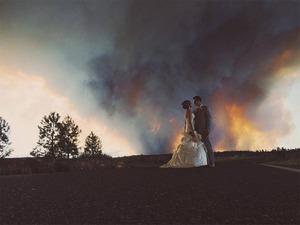 Fotografie ślubne na tle szalejącego pożaru