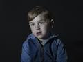 Wymowne portrety dzieci przed telewizorami
