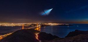 Niezwykły start rakiety balistycznej na nocnym niebie w obiektywie fotografa