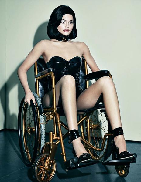 Steven Klein tłumaczy kontrowersyjną sesję z Kylie Jenner na wózku inwalidzkim