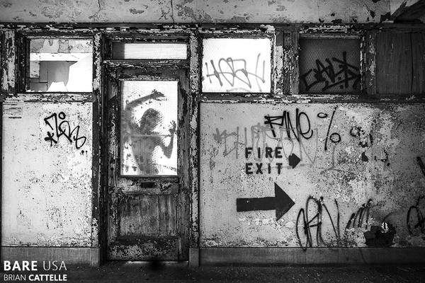 Nagie i opuszczone. Uderzające czarno-białe akty Briana Cattelle'a