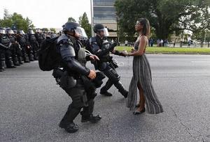 Dziewczyna naprzeciw szeregowi uzbrojonych mężczyzn - współczesne ujęcie Marca Riboud, które przejdzie do historii