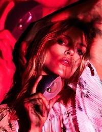 Anja Rubik w delikatnej sesji dla sierpniowej edycji Vogue Paris - zdjęcia: Ben Hassett