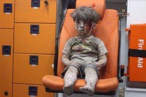 Chłopiec po bombardowaniu syryjskiego miasta Aleppo - fotografia, o której mówi cały świat