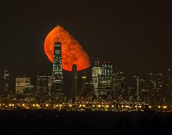 Mars nad Manhattanem - księżycowe ujęcie