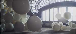 Opuszczone kasyno i cztery tysiące balonów napełnionych brokatem - rewelacyjny Fabian Oefner dla Sony