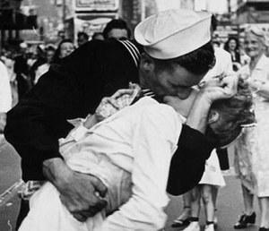Zmarła bohaterka legendarnego pocałunku ze zdjęcia Alfreda Eisenstaedta
