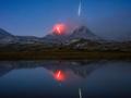 Erupcja wulkanu i spadający meteor na jednym ujęciu