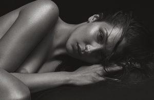 Uwodzicielska Bella Hadid na czarno-białych fotografiach Mario Sorrenti