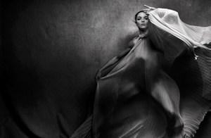 Peter Lindbergh fotografuje Mariacarlę Boscono – mistrzowska czarno-biała sesja zdjęciowa