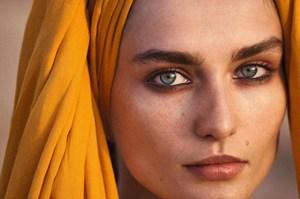 Piękna koczowniczka - pomysł na zbliżenia w portretach w podróży Cédrica Bucheta