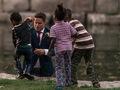 Bohaterskie zdjęcia z sesji ślubnej. Fotograf uchwycił pana młodego ratującego tonące dziecko