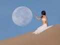 Zdjęcie, na którym modelka niemal dotyka księżyca. Fotograf uzyskał ogniskową 1120 mm.
