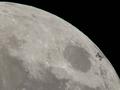 Tranzyt międzynarodowej stacji kosmicznej na tle tarczy Księżyca