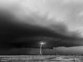 Porywający czarno-biały time lapse ukazujący burze w jakości 8K