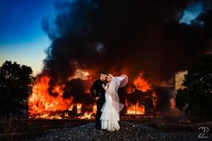 Fotografka ślubna Wykorzystała Pożar Budynków Jako Tło Zdjęć Młodej