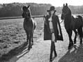 Bielizna, konie i futra – sesja zdjęciowa dla Andres Sarda